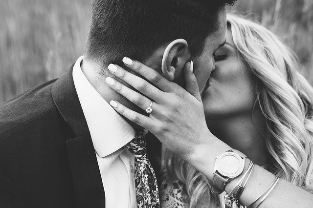 זוג מתנשק